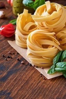 Huisgemaakte tagliatelle pasta in bruin papier