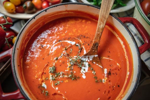 Huisgemaakte tomatensoep in een keuken