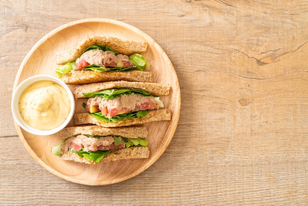 Huisgemaakte tonijnsandwich met tomaten en sla