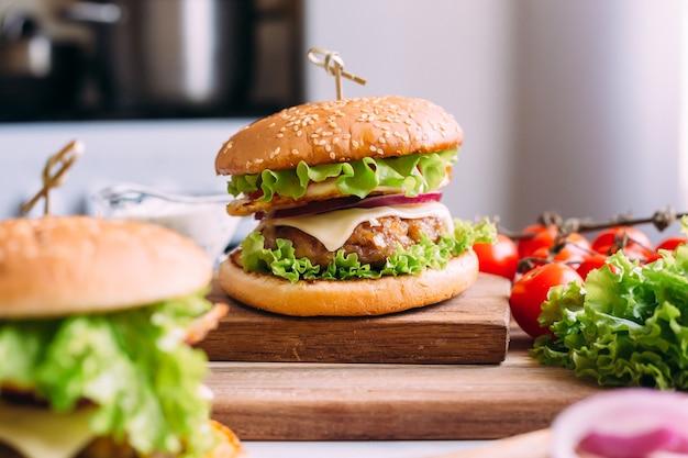 Huisgemaakte verse smakelijke hamburger met sla en kaas