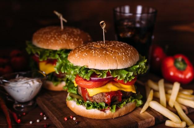Huisgemaakte verse smakelijke hamburgers met sla en kaas