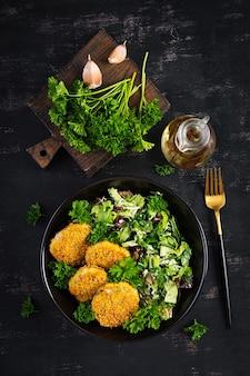 Huisgemaakte viskroketten van witvis in cornflakes paneermeel. beignets van gehakte kabeljauw. heerlijke en voedzame lunch of diner. bovenaanzicht, overhead