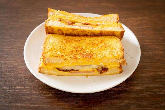 Huisgemaakte wentelteefjes ham bacon kaas sandwich met ei