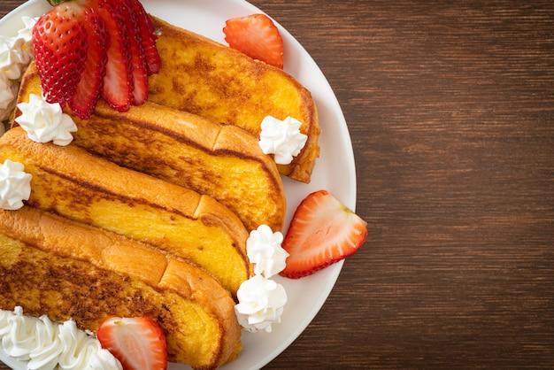 Huisgemaakte wentelteefjes met verse aardbeien en slagroom