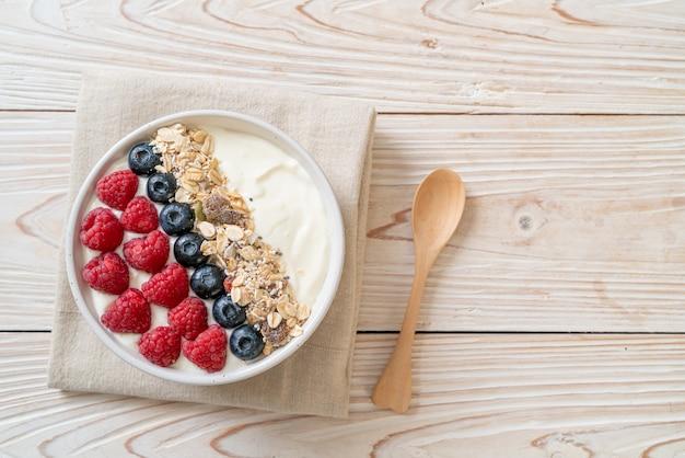 Huisgemaakte yoghurt bowl met framboos, bosbes en granola