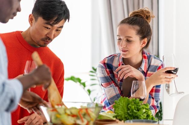 Huisgenoten koken van dichtbij