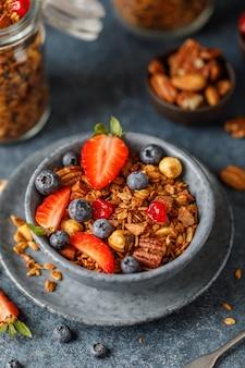Huisgranola met noten en bessen. gezonde veganistische snack