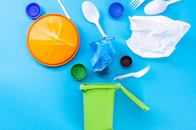 Huishoudelijk afval en een afvalcontainer. het concept van het sorteren van plastic, polyethyleen, karton, papier, glas. milieubescherming, ecologie