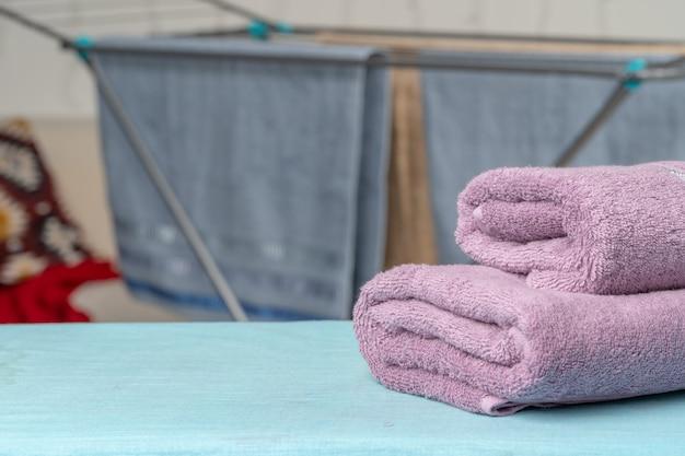 Huishoudelijk werk concept. handdoeken strijken op strijkplank