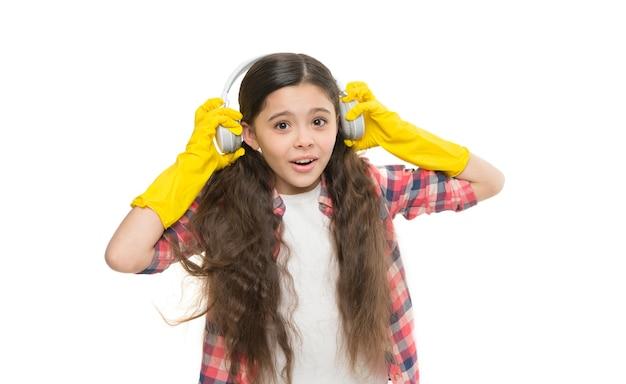 Huishoudelijke arbeid. motiverende afspeellijst. klein meisje doet huishoudelijk werk en klusjes. plezier maken tijdens het huishouden. muziek luisteren tijdens het schoonmaken. kleine huishouden plezier. klaar voor thuisreiniging
