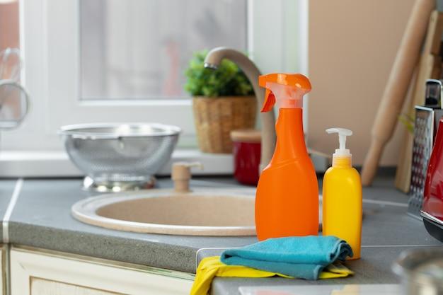 Huishoudelijke chemicaliën productflessen staan in de buurt van de gootsteen