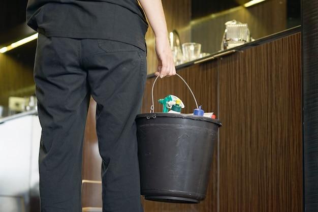 Huishoudster die een hotelruimte schoonmaakt