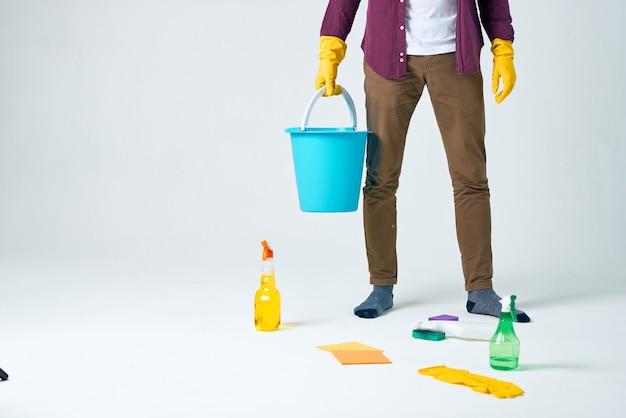 Huishoudster die het appartement schoonmaakt hygiëne thuiszorg