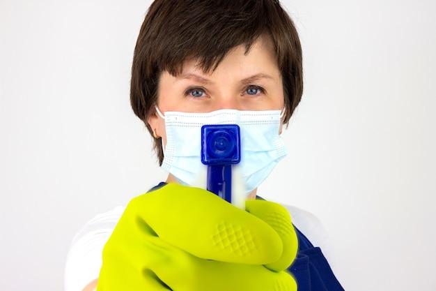Huishoudster in uniform met schone spray. reiniging, schoonmaakproducten, huishoudconcept.