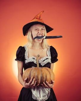 Huishoudster met pompoen en mes kostuums huishoudster en halloween hoeden reclame halloween c...