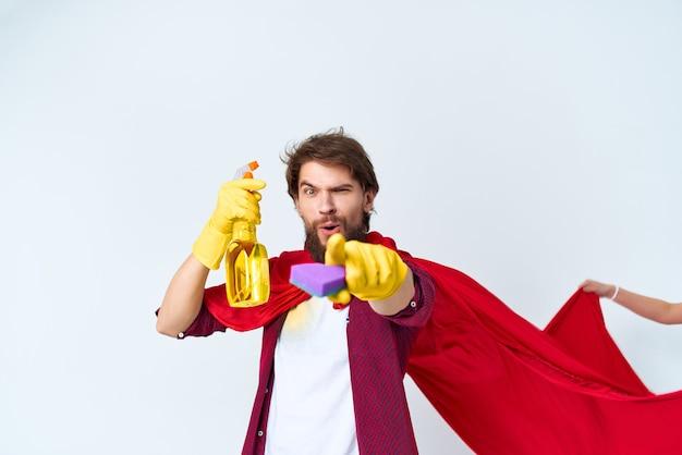 Huishoudster rode mantel die de dienstverlening van het appartement schoonmaakt. hoge kwaliteit foto