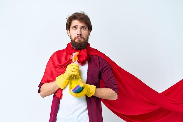 Huishoudster rode mantel die de dienstverlening van het appartement schoonmaakt