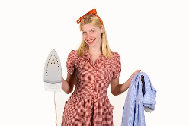Huishoudster vrouw in uniform met ijzer in de hand meisje met ijzer in de hand mooie vrouw houdt stoom vast