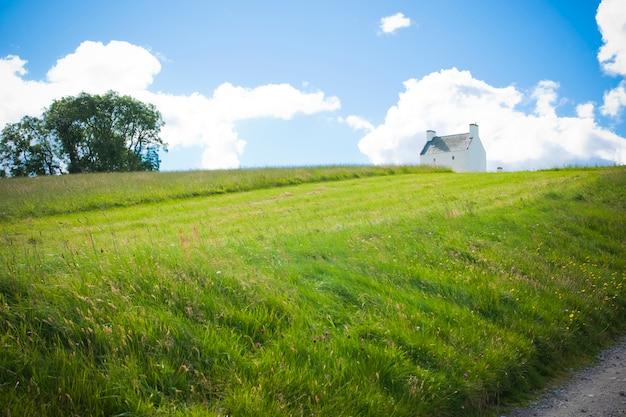 Huisje op de top van een heuvel