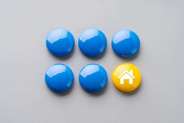Huisje op puzzel voor wereldwijd bedrijfsconcept