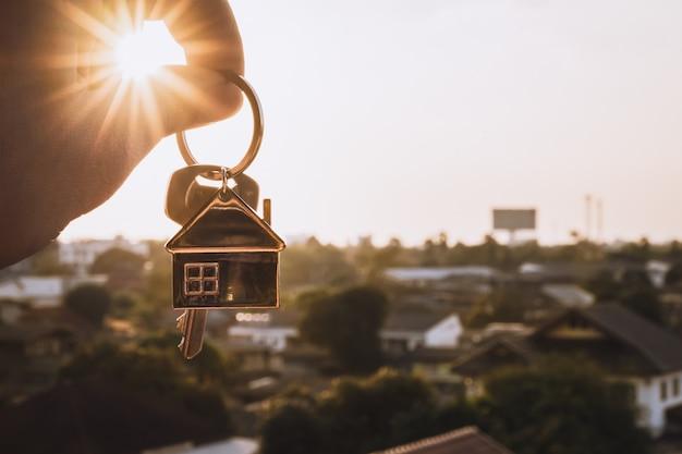 Huismodel en sleutel in makelaarskantoor