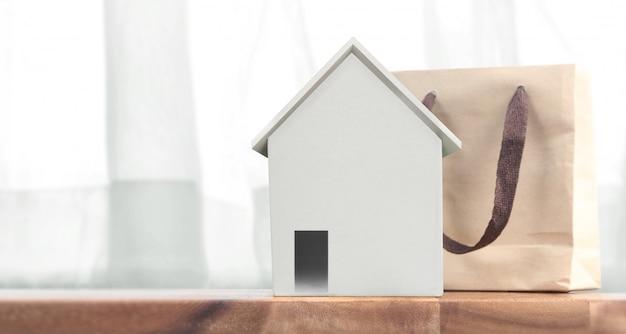 Huismodel op houten daarruimte. huisvesting en onroerend goed concept