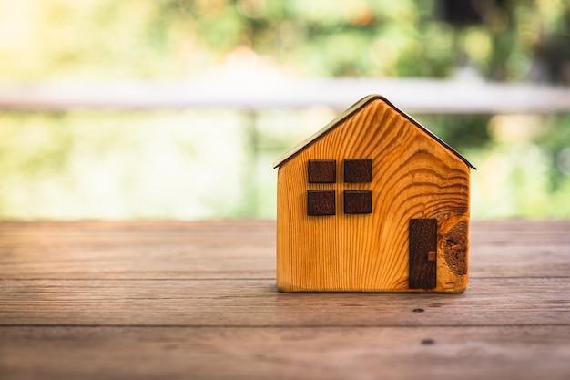 Huismodel op houten tafel