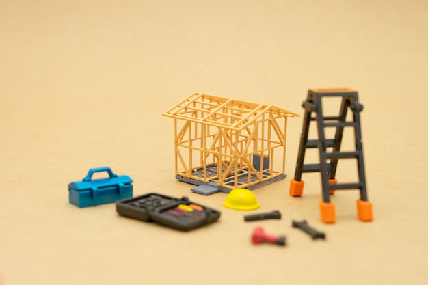 Huismodellen en uitrustingsmodellen er zijn gele bouwhelmmodellen.