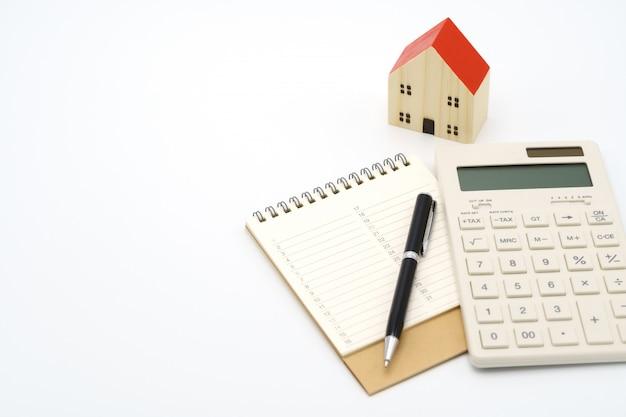 Huismodellen en uitrustingsmodellen geplaatst op een boekenranglijst (lijst). huisreparatie en bouw.