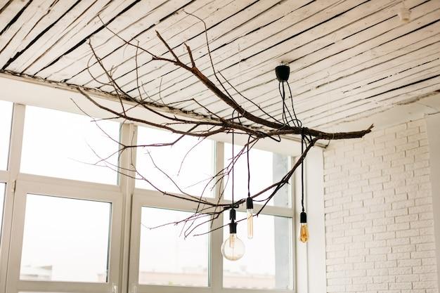Huisontwerp, decoratie van kroonluchters met natuurlijke materialen, verlichting