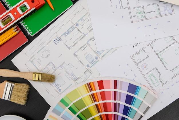 Huisplan met kleurstaal en tekengereedschappen