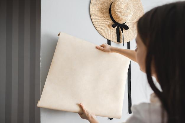 Huisreparatie, vrouw kiest nieuw behang voor haar appartement, interieur