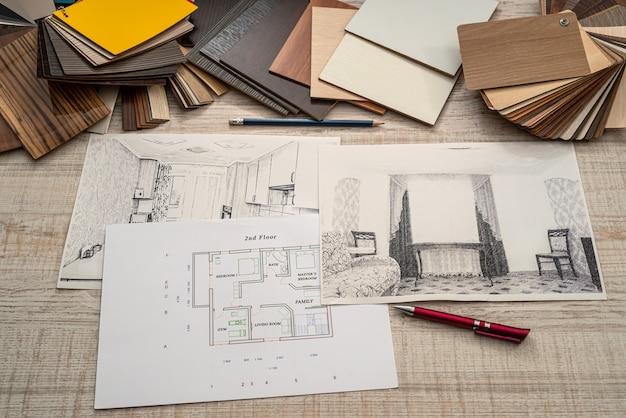 Huisschetslay-out met het palet van kleurenstalen bij bureau, planningsconcept