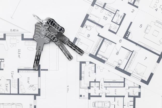 Huissleutels op architecturale blauwdrukkenplannen