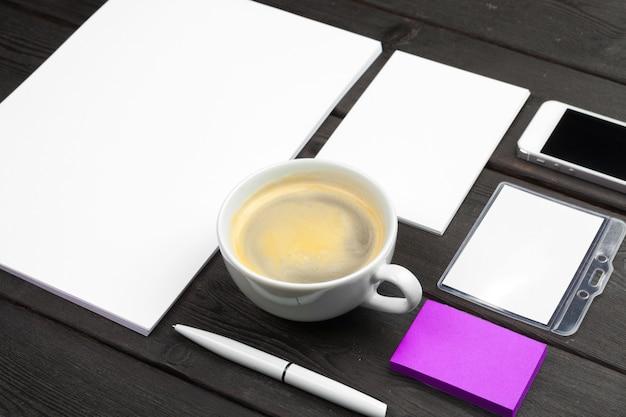 Huisstijl sjabloon, lege briefpapier ingesteld op zwart stijlvol hout. bespotten voor branding, zakelijke presentaties en portefeuilles.