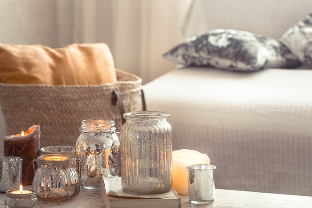 Huisstilleven met kaarsen en vaas in de woonkamer