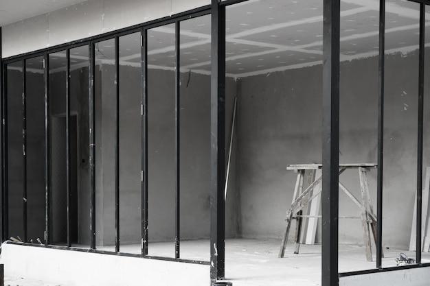 Huisstructuur in aanbouw met staal- en cementconstructies