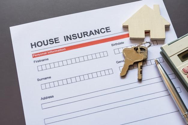 Huisverzekeringformulier met model en polisblad
