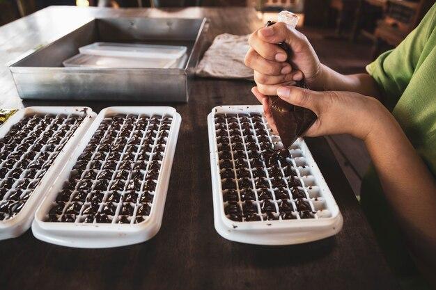 Huisvrouw die thuis handgemaakte chocolaatjes maakt