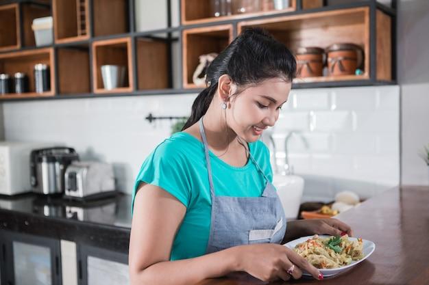 Huisvrouw die voedsel voor lunch voorbereiden
