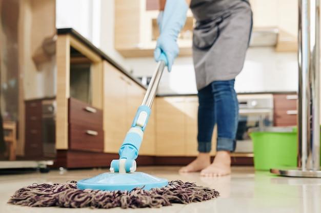 Huisvrouw dweilen keuken