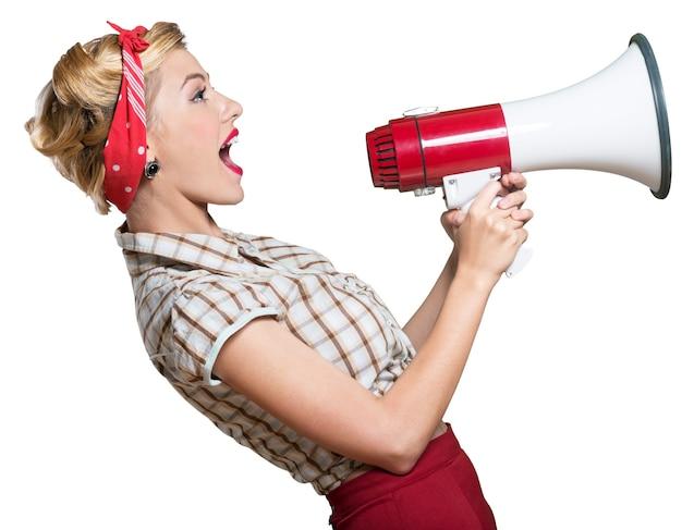 Huisvrouw in jaren 50-stijl die in een megafoon schreeuwt - geïsoleerd beeld