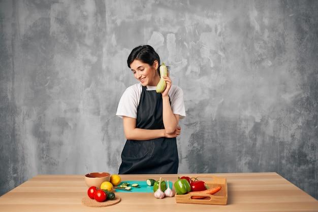 Huisvrouw koken gezond eten geïsoleerde achtergrond