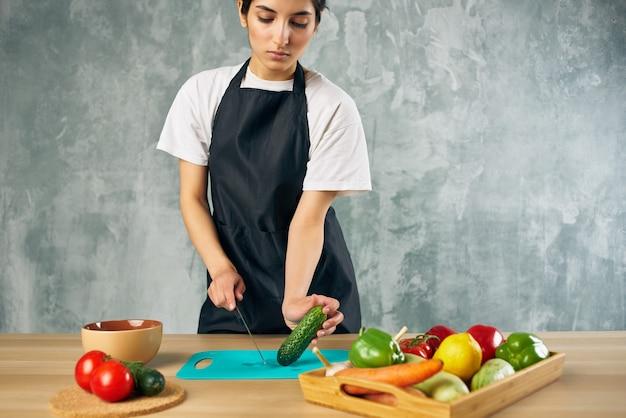 Huisvrouw lunch thuis vegetarisch eten geïsoleerde achtergrond. hoge kwaliteit foto