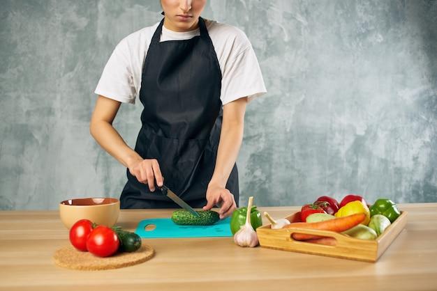 Huisvrouw lunch thuis vegetarisch eten geïsoleerde achtergrond