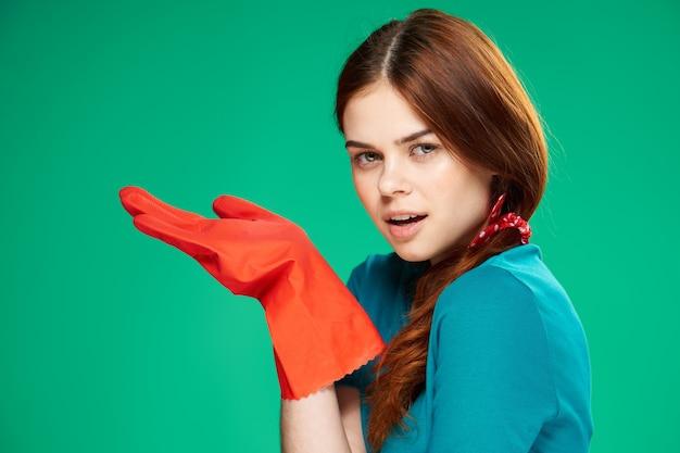 Huisvrouw rubberen handschoenen emoties die groene achtergrond schoonmaken. hoge kwaliteit foto