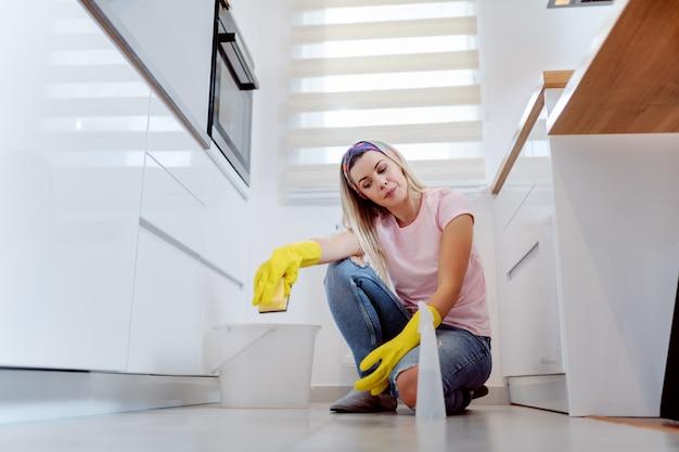 Huisvrouw schoonmaak huis.