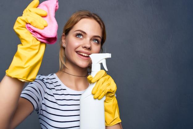 Huisvrouw wasmiddel vodden sponzen dienstverlening