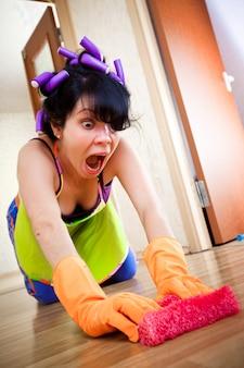 Huisvrouw wast een vloer in het huis