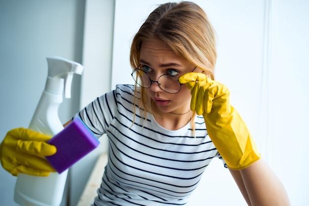 Huisvrouwen kamer schoonmaak dienstverlening